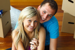 Frau und Mann, die eine Taste anhalten. Kaufendes neues Haus Stockfotos