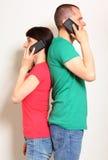 Frau und Mann, die am Handy sprechen Lizenzfreies Stockbild
