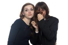 Frau und Mann, die ihr Haar in Nase einsetzen Stockfoto