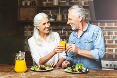 Frau und Mann, die mit Saft zujubeln lizenzfreie stockfotos