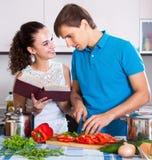 Frau und Mann, die Veggiesmahlzeit vorbereiten Lizenzfreies Stockbild