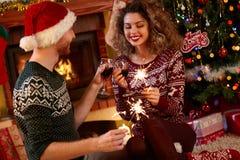 Frau und Mann, die Weihnachten feiern Lizenzfreies Stockbild