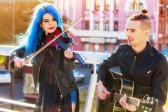 Frau und Mann führen Musik auf Violinenstadt der im Freiendurch Lizenzfreie Stockfotografie