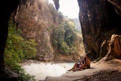 Frau und Mann halbbekleidet in der Höhle Lizenzfreie Stockbilder