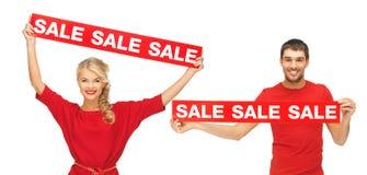 Frau und Mann mit roten Verkaufszeichen Lizenzfreie Stockfotos
