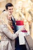 Frau und Mann mit Weihnachtsgeschenken in der Stadt stockfoto
