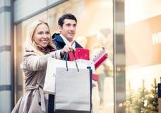Frau und Mann mit Weihnachtsgeschenken in der Stadt lizenzfreie stockfotografie
