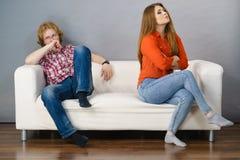 Frau und Mann nach argumentieren auf Sofa lizenzfreies stockbild