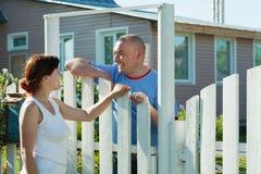 Frau und Mann nahe Zaun-Tor Lizenzfreies Stockfoto