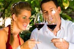 Frau und Mann in trinkendem Wein des Weinbergs Stockbilder