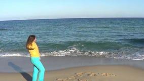 Frau und Meer stock video