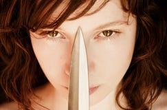 Frau und Messer stockfotografie