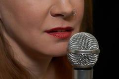 Frau und Mikrofon Stockfotos