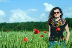 Frau und Mohnblumen Stockfoto