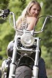 Frau und Motorrad Lizenzfreie Stockbilder
