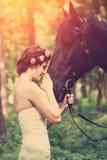 Frau und Pferd lizenzfreie stockfotografie