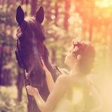 Frau und Pferd lizenzfreie stockfotos