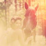 Frau und Pferd stockbild