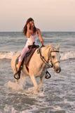 Frau und Pferd im Meer Lizenzfreies Stockbild