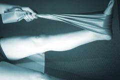Frau und Pilates, die Yogagummibandbügel ausdehnen Lizenzfreies Stockbild