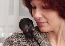 Frau und Ratte Lizenzfreie Stockfotos