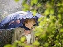 Frau und Regenschirm Stockfoto