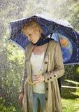 Frau und Regenschirm Stockbild