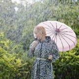 Frau und Regenschirm Stockfotos