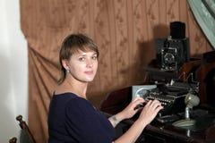 Frau und Retro- Druckenmaschine Stockfotografie