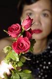 Frau und rote Rosen Lizenzfreie Stockfotos