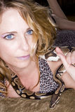 Frau und Schlange Stockfotografie