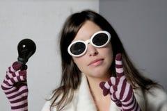 Frau und schwarze Leuchte Stockfoto