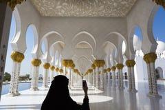 Frau und selfie bei Sheikh Zayed Mosque in Abu Dhabi Stockbild