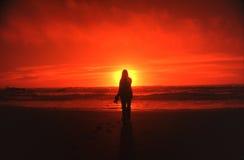 Frau und Sonnenuntergang lizenzfreie stockbilder