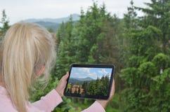 Frau und Tablet mit Bild Stockbild