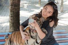 Frau und Tiger Lizenzfreies Stockbild
