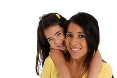 Frau und Tochter auf weißem Hintergrund stockfotografie