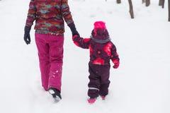 Frau und Tochter, die zurück gehen Stockbilder
