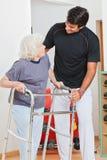 Frau und Trainer Looking At Each anderes Lizenzfreies Stockbild