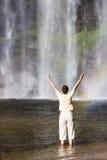 Frau und tropischer Wasserfall Stockfotografie