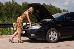 Frau und unterbrochenes Auto. Stockbild