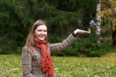 Frau und Vögel Lizenzfreie Stockbilder