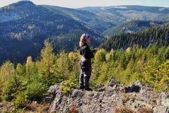 Frau und Wald lizenzfreie stockbilder