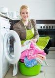 Frau und Waschmaschine Lizenzfreie Stockbilder