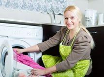 Frau und Waschmaschine Lizenzfreie Stockfotografie