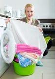 Frau und Waschmaschine Lizenzfreies Stockfoto