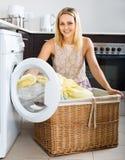 Frau und Waschmaschine Stockfoto