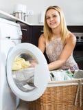 Frau und Waschmaschine Lizenzfreies Stockbild
