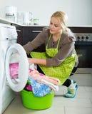 Frau und Waschmaschine Stockbilder