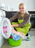 Frau und Waschmaschine Lizenzfreie Stockfotos